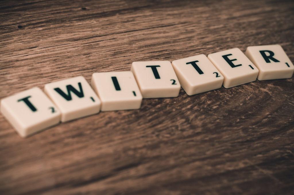 Twitter con fichas de scrabble